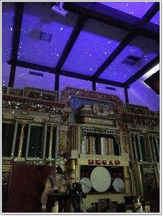 星が投影されたコンサート会場