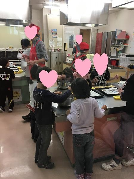 キッチンに入った子供たち
