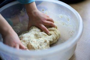 子供と生地から簡単ピザ作り。粘土遊びの様に楽しく遊びながら作れます