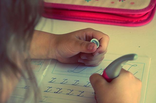 アルファベットの練習をする子供