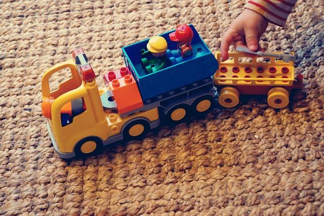 ラグの上で子供が遊んでいる