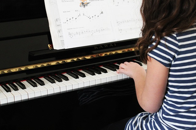 ピアノを練習する子供