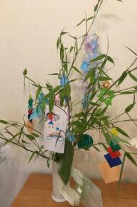 七夕飾りを親子で作ると良いこといっぱい!笹を飾るだけで七夕ムード満載です。