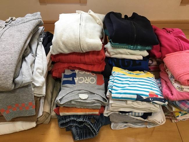 洗濯がおわった大量の衣類