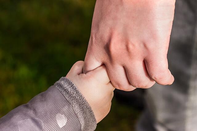 子供が握る手