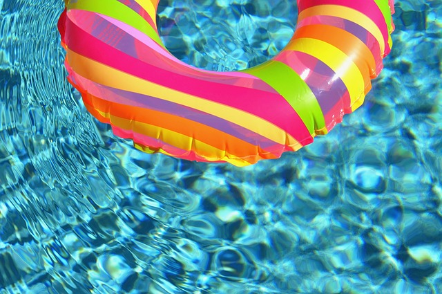 水に漂う浮き輪