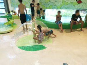 噴水の中に入る子供たち