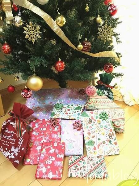 クリスマスツリー下においたプレゼント