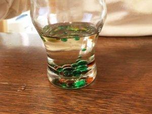 油に色をつけた水を落としたところ
