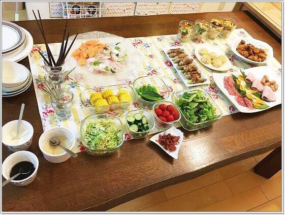 テーブルに並べたお料理など