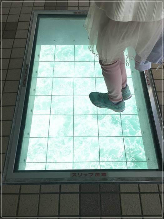 「渦の道」の渦潮がみれるガラス床